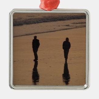 couple sur la plage ornement carré argenté