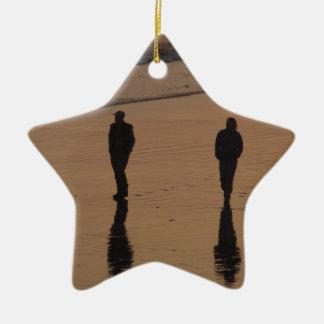 couple sur la plage ornement étoile en céramique