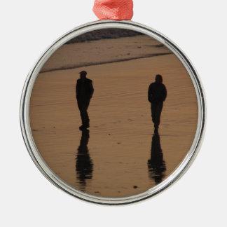 couple sur la plage ornement rond argenté