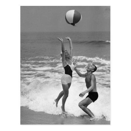 Couples jouant avec un Beachball Cartes Postales