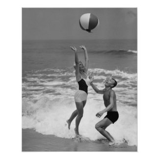 Couples jouant avec un Beachball Posters
