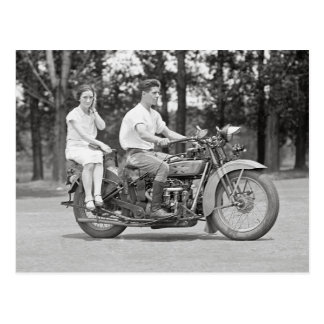 Couples montant Motorcyle, 1928 Carte Postale