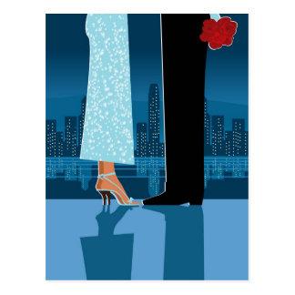 Couples romantiques dans la ville carte postale