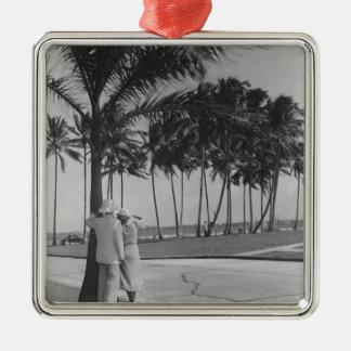 Couples se tenant à la vue arrière B&W de palmier Ornement Carré Argenté