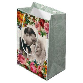 Couples vintages dans le sac de cadeau de roses de