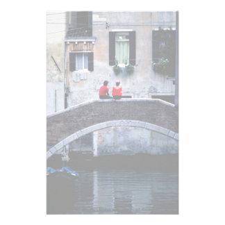 Couplez se reposer sur le pont enjambant le canal, papier à lettre personnalisé