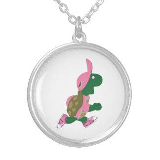 Coureur mignon de tortue dans le rose pendentif rond