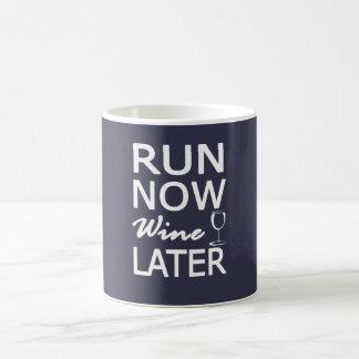 COUREZ MAINTENANT le vin PLUS TARD Mug
