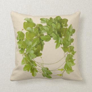 coussin avec des feuilles vertes de plante