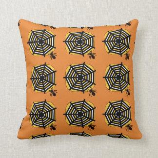 Coussin avec l'araignée et Web dans l'orange