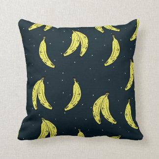 Coussin avec le modèle de banane et de ciel