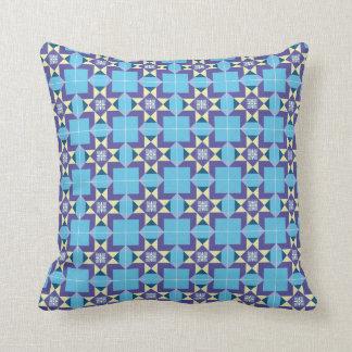 Coussin avec le motif géométrique dans bleu et