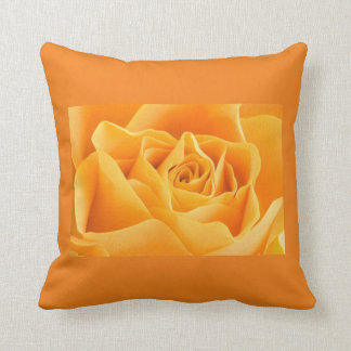 coussin avec une rose orange