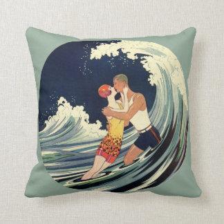Coussin Baiser vintage d'amants d'art déco dans les vagues
