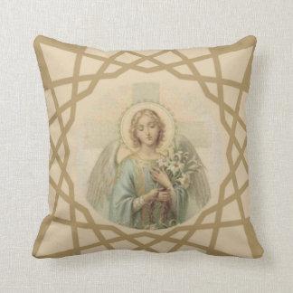 Coussin Bel ange vintage avec la croix tenant des lis