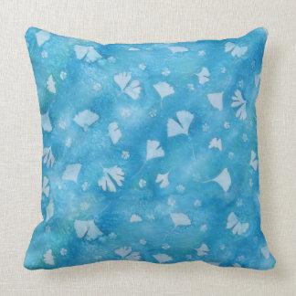 Coussin bleu de Sunprints de Ginkgos et de fleurs