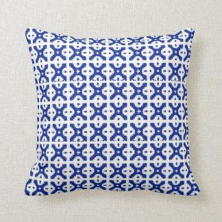 Coussin bleu de treillis de batik