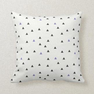 Coussin bleu et noir de triangles