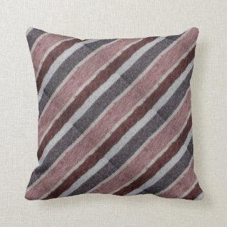 Coussin brun tricoté à la main et conception barrée par