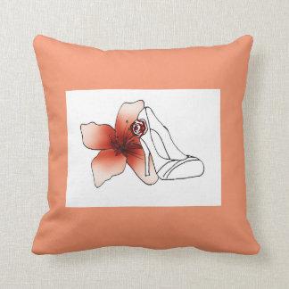 Coussin carré rose saumon avec escarpin et fleur