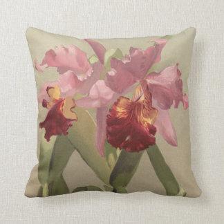 Coussin Carreau rouge-rose d'orchidée vintage de cattleya