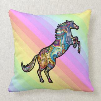 Coussin Cheval d'arc-en-ciel sur l'arrière - plan coloré
