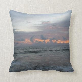 Coussin Ciel de rouge de plage d'océan de lever de soleil