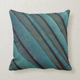 Coussin Conception de plume de martin-pêcheur de turquoise
