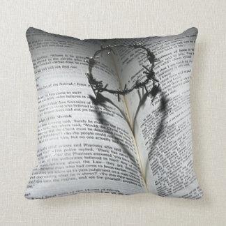 Coussin Couronne des épines coeur et bible