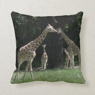 Coussin de carré de famille de girafe