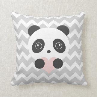 Coussin de coeur de panda de Chevron