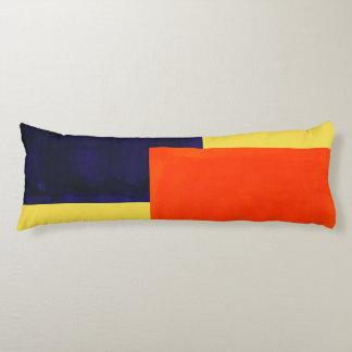 Coussin de corps qui est orange, pourpre, et jaune