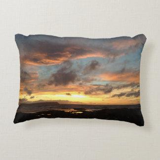 Coussin de coucher du soleil au-dessus d'île de