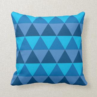 Coussin de jet - triangles géométriques bleues