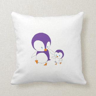 coussin de pingouin de maman et de bébé