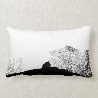 Coussin de silhouette de lionne en noir et blanc