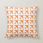 coussin d coratif de motif blanc orange d 39 avion. Black Bedroom Furniture Sets. Home Design Ideas