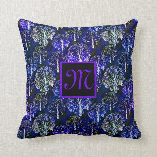 Coussin décoré d'un monogramme bleu et violet