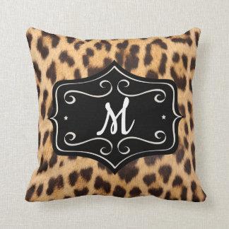 Coussin d'empreinte de léopard de monogramme