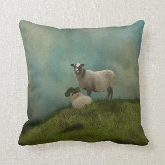 Coussin deux moutons dans le domaine