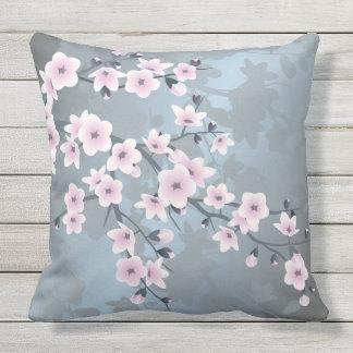 Coussin D'extérieur Fleurs de cerisier bleues grisâtres roses sombres