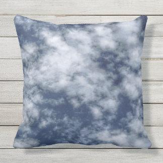 Coussin D'extérieur Nuages blancs contre le ciel bleu sur le carreau