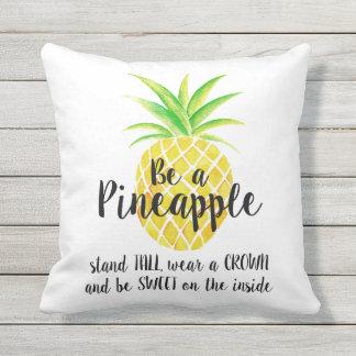 Coussin D'extérieur Soyez un usage d'ananas par aquarelle de citation