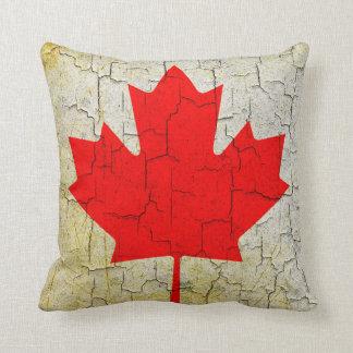 Coussin Drapeau vintage du Canada sur un mur criqué