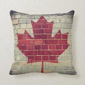 Coussin Drapeau vintage du Canada sur un mur de briques