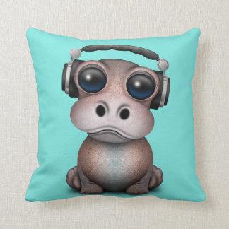 Coussin Écouteurs de port du DJ d'hippopotame mignon de