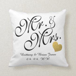 Coussin Épouser M. et Mme noirs de nom de coeur d'or de