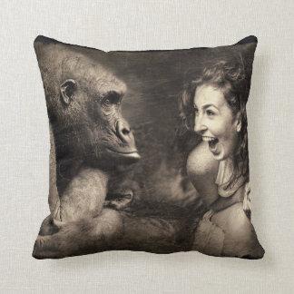 Coussin Femme faisant le gorille rire