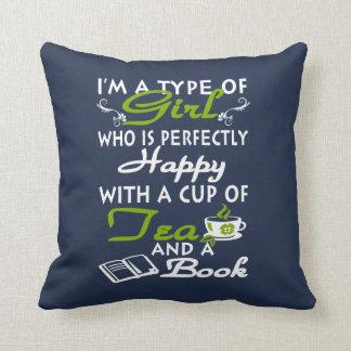 Coussin Fille avec une tasse de thé et d'un livre