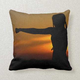 Coussin Fille dans le coucher du soleil de karaté